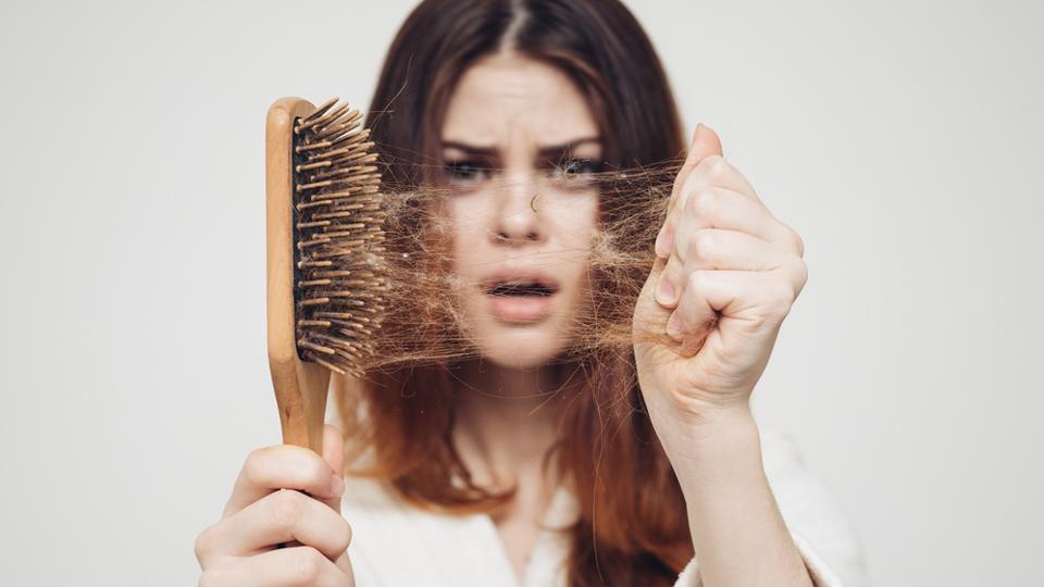 علل احتمالی ریزش مو در خانم ها